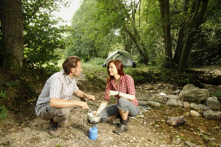 picknic: Couple preparing food outdoors