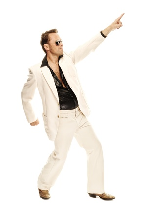 Gekke disco danser in wit pak en slangenleer laarzen