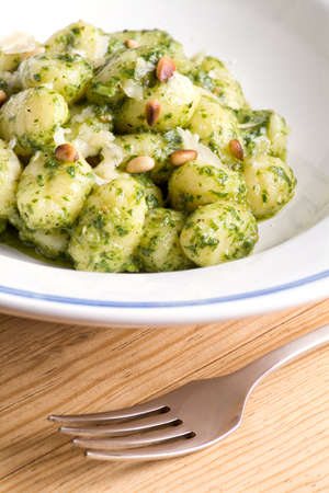 Gnocchi con pesto de r�cula y pi�ones asados photo