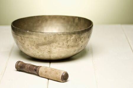 singing bowl: cantando ciotola su un tavolo bianco, messa a fuoco selettiva