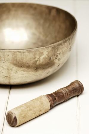 music therapy: cantando copa sobre una mesa blanca, foco selectivo Foto de archivo