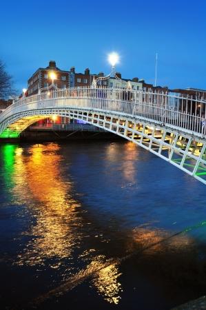 Dublin geceleri Hapenny köprü ve nehir Liffey (mavi saat)