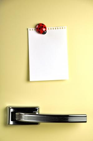 refrigerador: Nota en blanco sobre cincuenta puerta de la nevera, copyspace para el mensaje