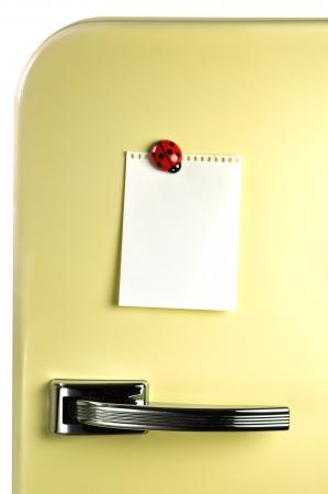 Blank Hinweis auf fünfziger Kühlschranktür, Exemplar für Nachricht Standard-Bild - 20182017