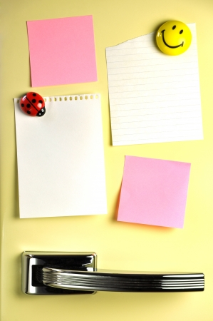 오십 냉장고 문에 빈 메모, 메시지 copyspace 스톡 콘텐츠