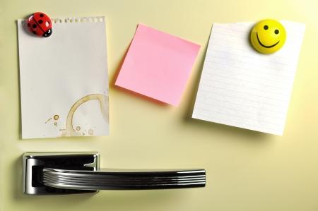 Lege nota over vijftig koelkastdeur, copyspace voor bericht Stockfoto
