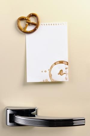 Blank note on fifties fridge door with Pretzel magnet, copyspace Standard-Bild