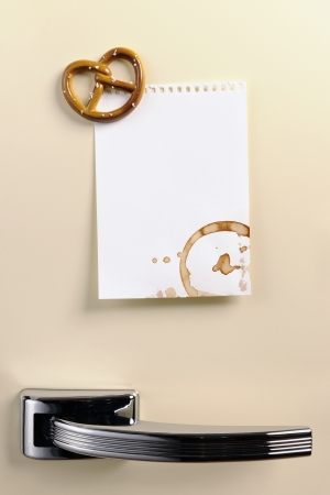 Pretzel mıknatıs, copyspace ile ellili buzdolabı kapıya Boş not