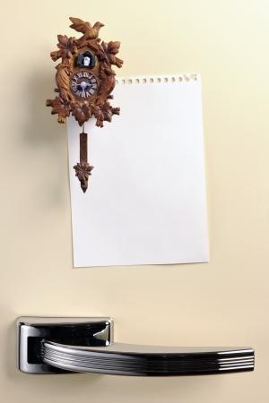 cuckoo clock: Nota en blanco sobre cincuenta puerta del refrigerador con el im�n del reloj de cuco, copyspace