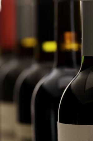 şarap şişeleri bir grup, çok sığ DOF - ön etiket üzerine Stock Photo