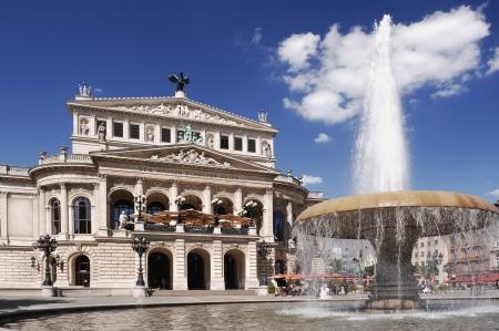 Alte Oper Frankfurt op een zomerse dag. Het gebouw werd geopend 1880, ontworpen door de inheemse Berliner architekt Richard Lucae en door Frankfurts burgers gefinancierd