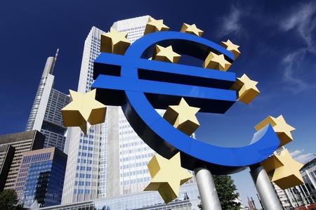 Avrupa Merkez Bankası Binası önünde Euro işareti. Stock Photo