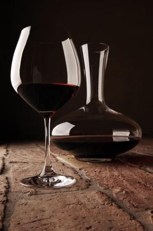 Rustik taş zemin üzerinde dekantörde Kırmızı şarap Stock Photo