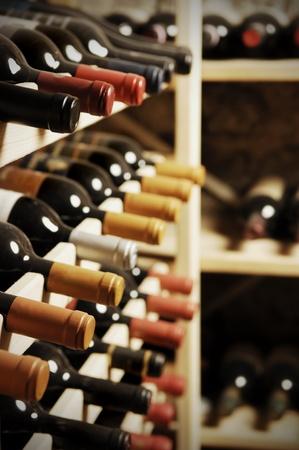 Şarap şişeleri bir raf saklanan, çok shallof DOF
