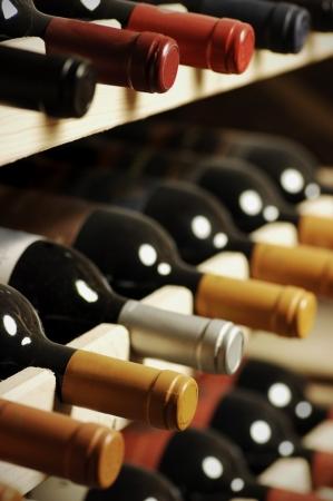 Wijnflessen opgeslagen in een plank, zeer shallof DoF Stockfoto