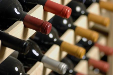 Şarap şişeleri raf saklanan, çok shallof DoF Stock Photo