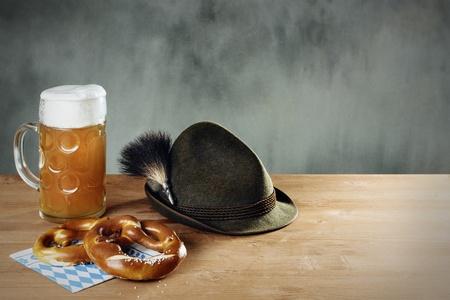 Masskrug bier, Pretzel en Hoed met Gamsbart Stockfoto