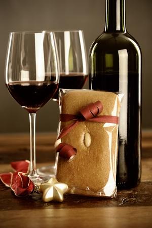 Kırmızı şarap, yılbaşı baubel ve zencefilli iki bardak