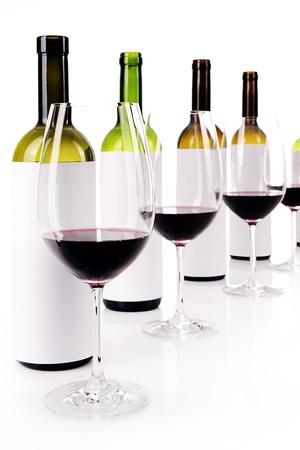 Blinde wijnproeverij op wit, gemaskerde etiketten van wijnflessen, selectieve aandacht