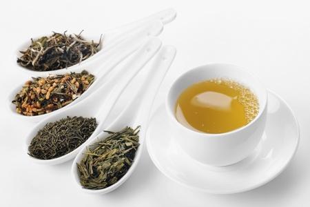 Verschillende soorten groene thee, van links naar rechts: wit cui min, Genmaicha, Kokeicha, Bancha Stockfoto