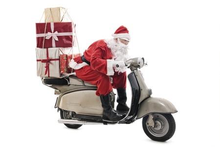 Kerstman op vintage scooter met stack van Kerst presenteert, geïsoleerd op wit