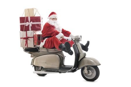 Beyaz üzerine yılbaşı hediyelerini yığını vintage scooter Santa Claus, izole