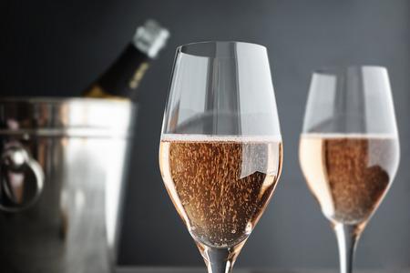coupe de champagne: Close-up de deux verres Rose  Pink Champagne, mise au point s�lective
