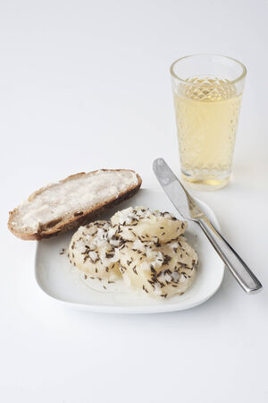 musik: Hessian Handkaes mit Musik, strong cheese with onions,caraway, vinegar and oil and cider on white Stock Photo