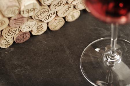 Kurken van verschillende jaren en rode wijn, selectieve aandacht Stockfoto