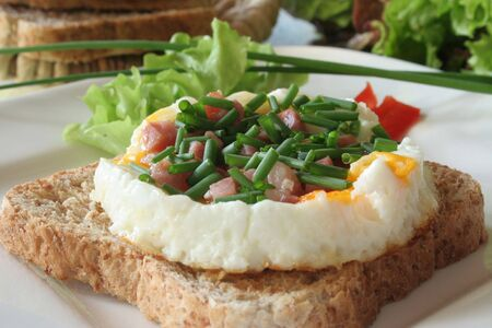 ei: Fried eggs with ham on toast and salad