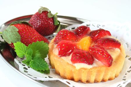 confiserie: Strawberry tarts with fresh strawberries on a tray Stock Photo