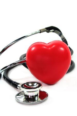 attacco cardiaco: Stetoscopio con cuore su sfondo bianco