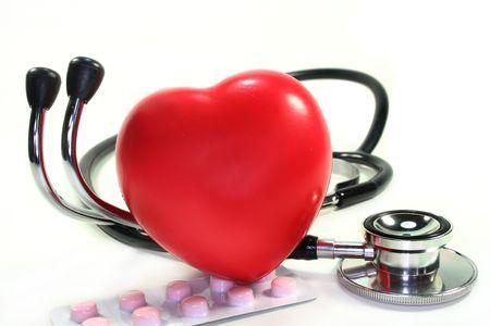 disease prevention: Estetoscopio con coraz�n sobre fondo blanco
