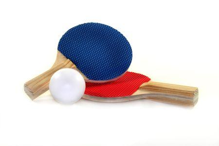 ping pong: dos murci�lago de tenis de mesa y bal�n sobre un fondo blanco  Foto de archivo