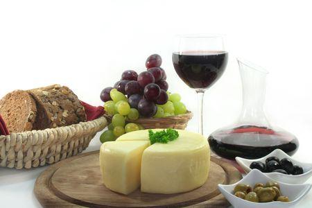 bread and wine: una rebanada de queso sobre un tablero y otros goodies