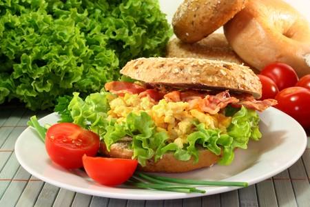 scrambled eggs: Bagel con ensalada, huevos revueltos y Bacon crujiente
