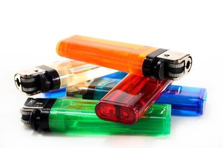 encendedores: encendedores coloridos delante de fondo blanco  Foto de archivo