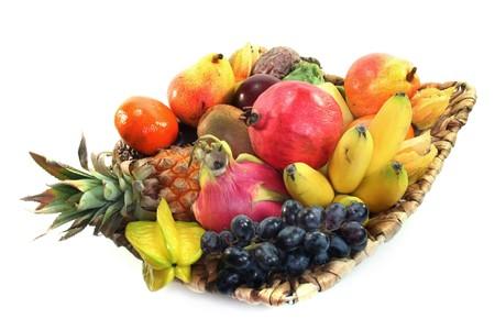 Mélange de fruits indigènes et exotiques dans le panier