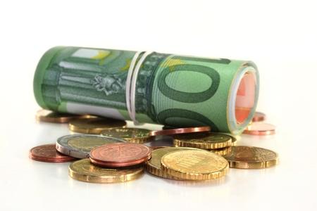 billets euros: un euro de r�le note et des pi�ces de monnaie sur fond blanc  Banque d'images