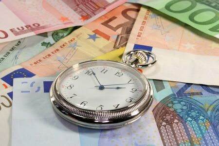 billets euros: Montre de poche et de nombreuses notes euro superpos�es  Banque d'images