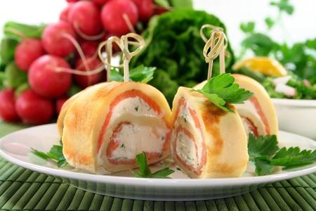 salmon ahumado: pancakes rellenos con salm�n y queso crema de hierba Foto de archivo