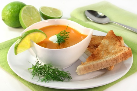 a bowl of salmon cream soup with cream and dill Standard-Bild