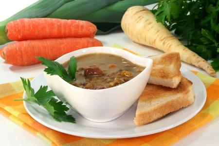 lenteja: un taz�n de sopa de lentejas con tocino y perejil