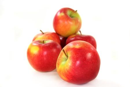 Manzanas frescas sobre un fondo blanco
