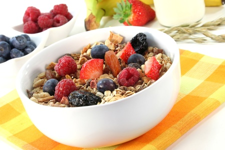 cereal: un taz�n de muesli de frutas con bayas frescas