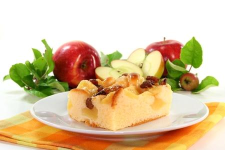 plato del buen comer: un pedazo de pastel de manzana en un plato blanco Foto de archivo