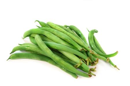 frijol: grano fresco de verde sobre fondo blanco Foto de archivo