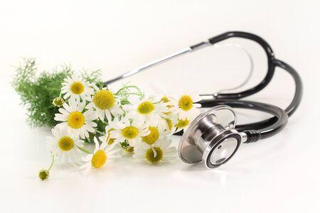 homeopatia: Estetoscopio sobre un fondo blanco y Manzanilla