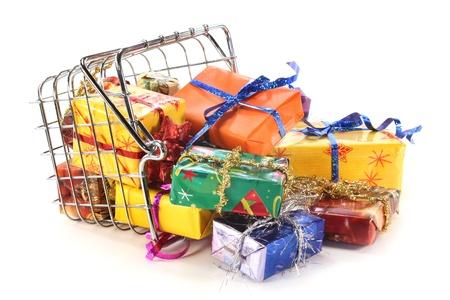 giftbasket: een winkelmandje gevuld met kleurrijke geschenken Stockfoto