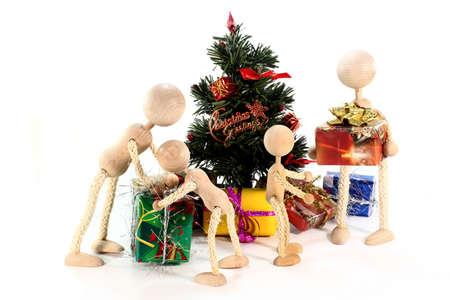weihnachtsbaum: eine Puppenfamilie unterm Weihnachtsbaum